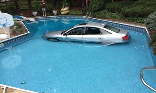 Motorista confundiu o pedal do freio com o do acelerador e parou seu carro na piscina (Foto: Reprodução/Facebook/Wyckoff Police Department)
