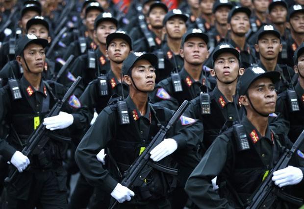 Militares são vistos durante a celebração dos 40 anos do fim da Guerra do Vietnã nesta quinta-feira (30) em Ho Chi Minh City  (Foto: Dita Alangkara/AP)