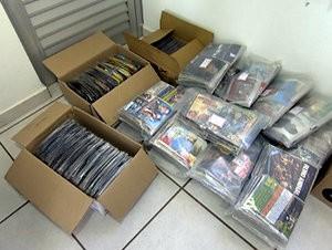 CDs e DVDs foram apreendidos pela PM em feira livre de Tatuí (Foto: Reprodução/TV TEM)
