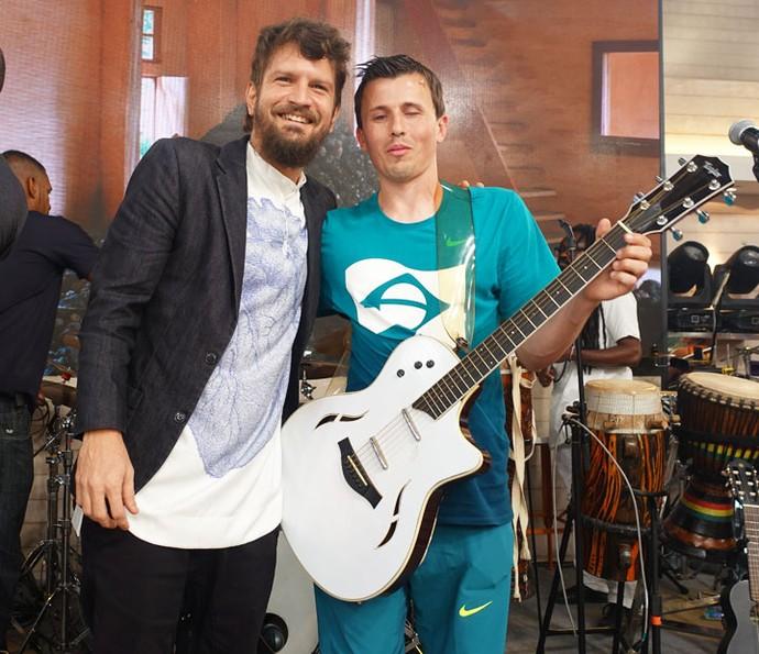 Saulo presenteia Ricardinho com instrumento após o Encontro (Foto: Juliana Hippertt/Gshow)