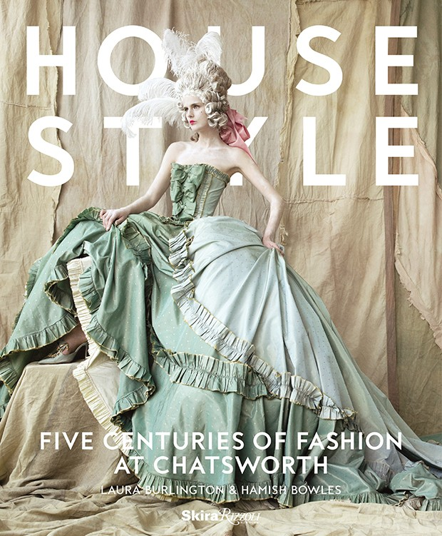 House Style by Laura Burlington & Hamish Bowles, a new book published to accompany a fashion exhibition at Chatsworth, features this cover shot by Mario Testino of Stella Tennant in a John Galliano gown for Christian Dior Haute Couture, Spring 1998 (with set design by Patrick Kinmonth). This image was originally published in American Vogue (May 2006) (Foto: MARIO TESTINO)