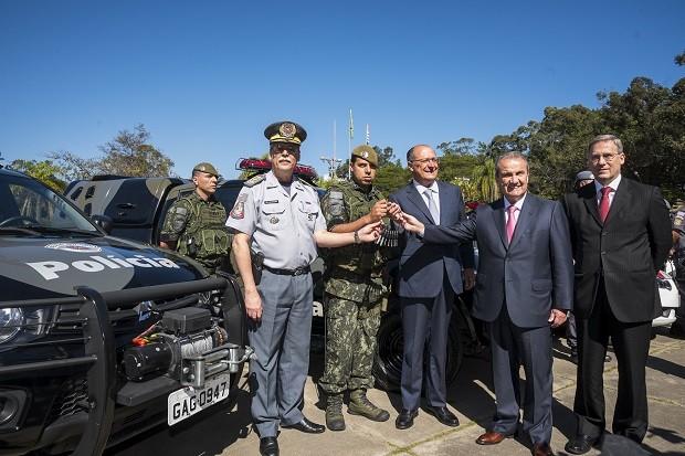 Alckmin e secretário de Segurança Pública, Mágino Alves, em entrega de viaturas para PM neste ano (Foto: Divulgação/SSP)
