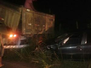 Carro foi retirado com ajuda de um caminhão (Foto: Divulgação/ Polícia Militar)