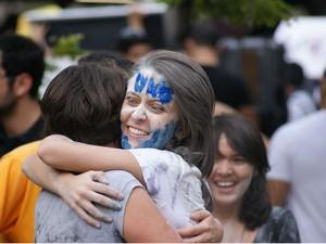 Estudantes comemoram aprovação na UNB (Foto: Vianey Bentes)