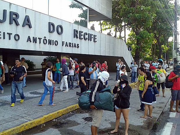 Manifestantes desocupam hall do prédio-sede da Prefeitura do Recife (Foto: Vitor Tavares / G1)