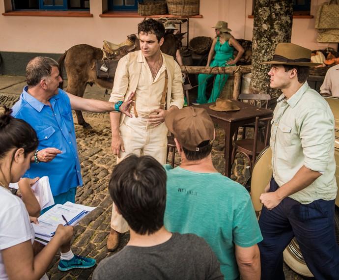 Sergio Guizé ensaia com o diretor Jorge Fernando sua primeiras cenas na pele de Candinho, em 'Êta mundo bom!' (Foto: João Cotta/TV Globo)