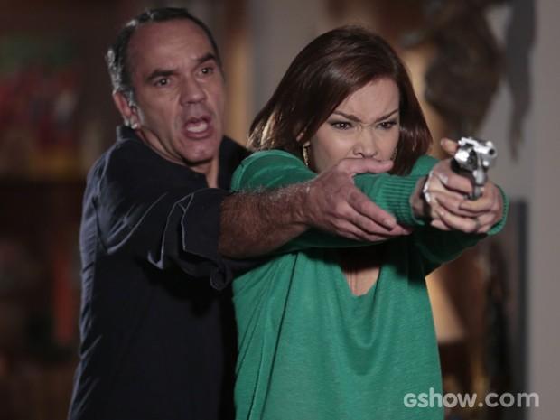 Virgílio tenta desarmar a mulher, mas já é tarde (Foto: Felipe Monteiro/TV Globo)