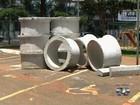 Manilhas são abandonadas em vagas de estacionamento para idosos; veja