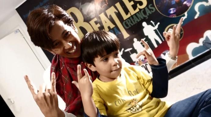 """Os pais participam ativamente das atividades do coral do projeto """"Beatles Para Crianças"""" (Foto: reprodução EPTV)"""