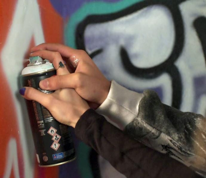 Os dois grafitam juntinhos, mas galera chega e atrapalha climinha (Foto: TV Globo)