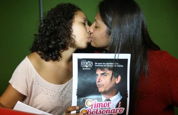 Estudantes se beijam na Câmara em protesto contra a possibilidade de o deputado Bolsonaro assumir a presidência da Comissão de Direitos Humanos (Foto: Dida Sampaio/Estadão Conteúdo)