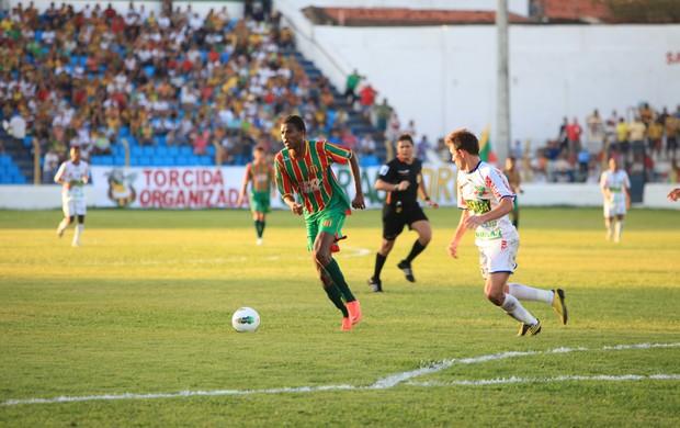Atacante do Sampaio, Célio Codó, em jogo contra o Comercial (PI) (Foto: Douglas Júnior/O Estado)