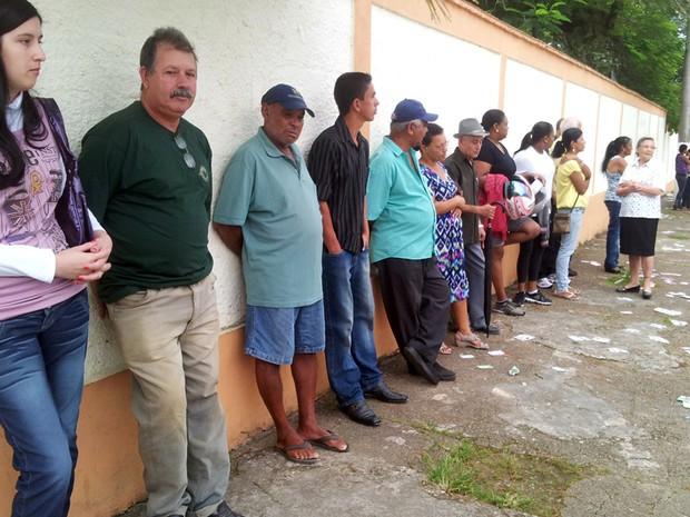 Eleitores chegaram bem cedo para votar em Eldorado (Foto: Anna Gabriela Ribeiro/G1)