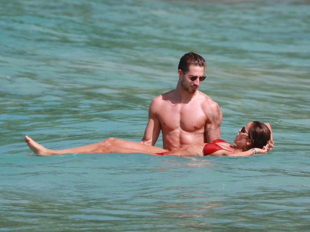 Izabel Goulart e o namorado, Kevin Trapp, em praia em St. Barth (Foto: Grosby Group/ Agência)