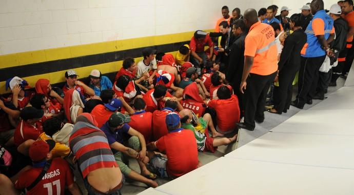 torcedores Chile presos invadem Maracanã (Foto: André Durão / Globoesporte)