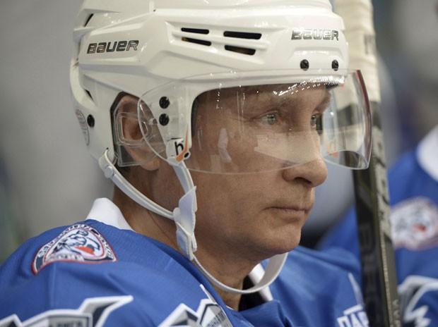 O presidente da Rússia, Vladimir Putin, comemorou seu aniversário de 63 anos nesta quarta-feira (7) com uma partida de hóquei sobre gelo em Sochi (Foto: Aleksey Nikolskyi/RIA Novosti/Kremlin/Reuters)