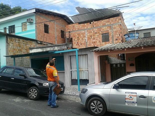 Ventos destelharam casas em Manaus (Foto: Divulgação/ Semcom)