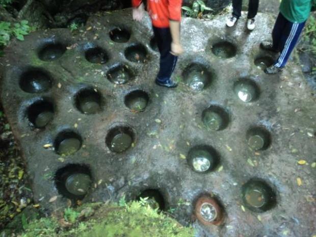 Pedra com bacias eram preenchidas com água para ver constelação (Foto: Carlos Neves/Arquivo Pessoal)