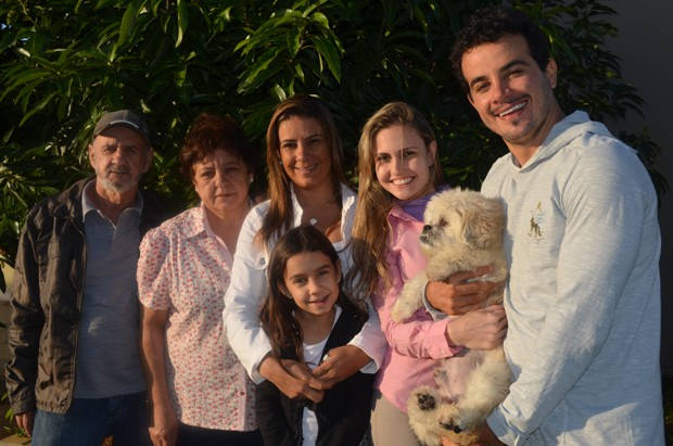 Seo Josmar, Ione, Fabiana, Rafaela, Taíse, Anderson di Rizzi e o cachorro Pierrô na casa da família em Campinas (Foto: Fabiana de Paula / Globo.com)