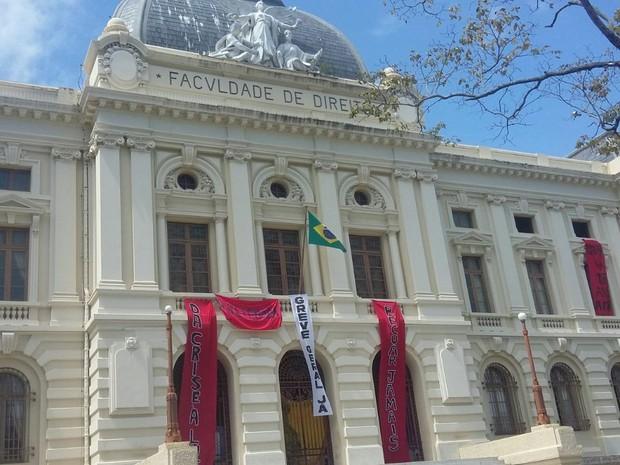 Faculdade de Direito do Recife (FDR) mantém a ocupação após suspensão da reintegração de posse (Foto: Reprodução/Whatsapp)