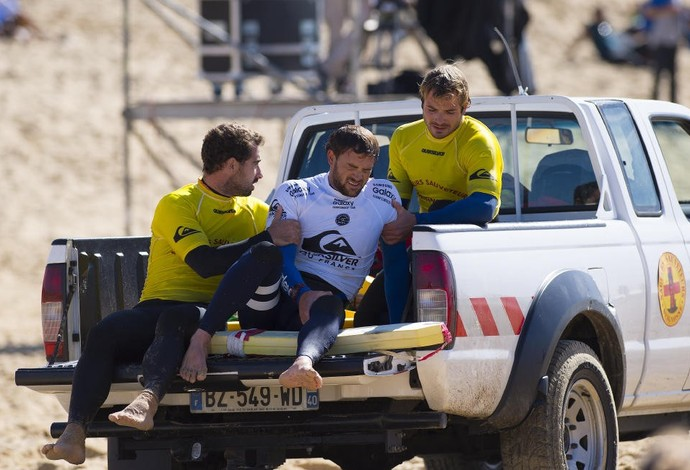 Com muita dor, Alejo Muniz é resgatado de caminhonete, ainda na praia (Foto: Divulgação WSL)
