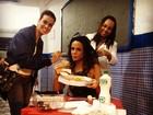Vanessa Gerbelli devora pizza nos bastidores de gravação