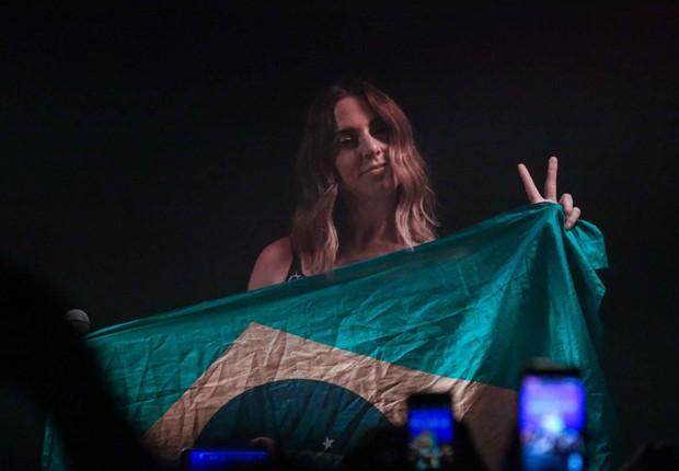 Melanie C com a bandeira do Brasil durante o show em SP (Foto: Raphael Castello/AgNews)