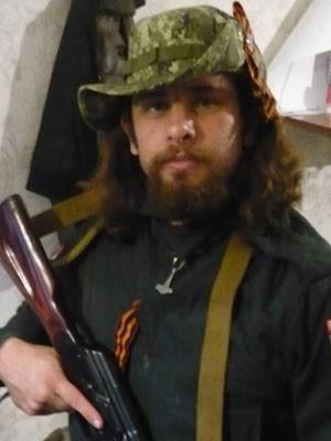 Rafael posa com arma em foto postada no seu Facebook (Foto: Reprodução/ Arquivo pessoal)