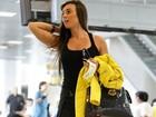 Com shortinho curto, Nicole Bahls embarca em aeroporto no Rio