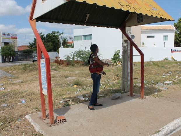 Passageira espera em pé por ônibus na Avenida da Integração (Foto: Yuri Matos/G1)
