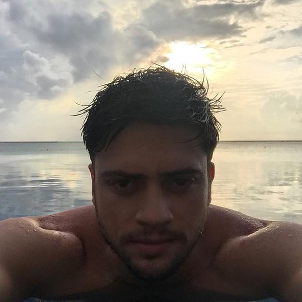 Rodrigo Godoy curte piscina de hotel nas Maldivas (Foto: Instagram/ Reprodução)