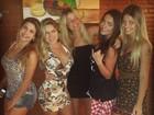 Ex-BBB Renatinha posa com amigas e ironiza: 'Só mulher feia'