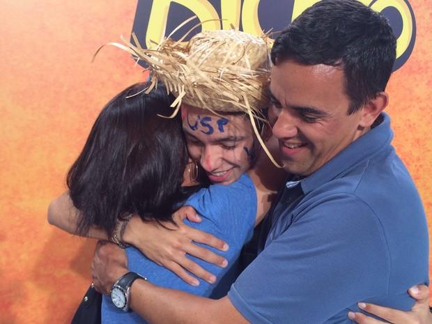 Felipe Chiodi com a pai e a irmã comemora a aprovação em agronomia (Foto: Luiza Tenente/ G1)