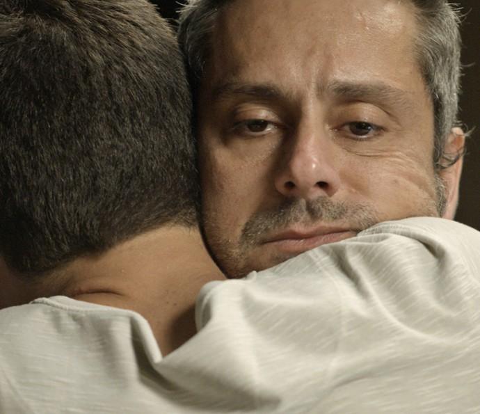 Dante se conforta com o pai (Foto: TV Globo)