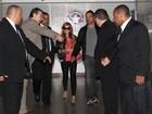 Lindsay Lohan é assediada por fãs ao desembarcar em São Paulo