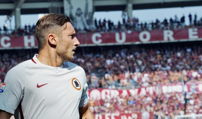 """Totti em frente a uma faixa de torcida onde se lê """"cuore"""", coração em italiano (Foto: Alessandro Di Marco/ANSA via AP)"""