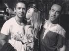 Amigo publica imagem de Sabrina Sato dando beijo em João Vicente
