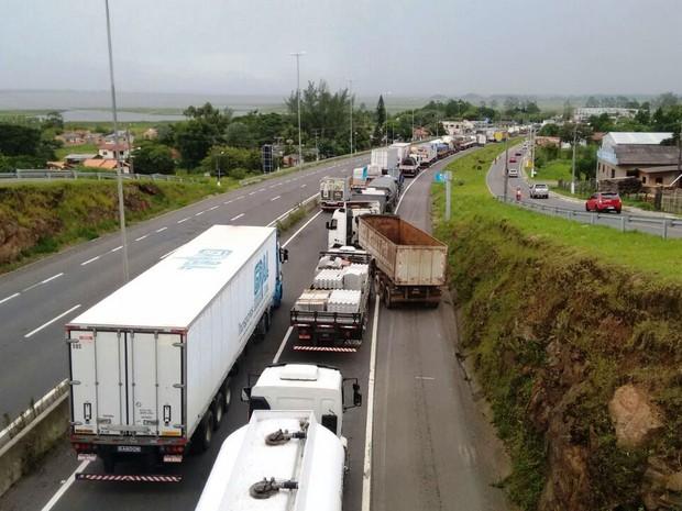 Na BR-101, em Sombrio(SC), bloqueio de caminhoneiros gera filas (Foto: Denise de Medeiros/Divulgação)