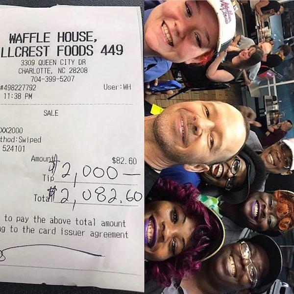 Donnie Wahlberg com a conta do restaurante já com o valor da gorjeta incluso e os funcionários que o atenderam (Foto: Facebook)