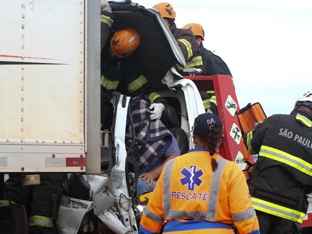 Motorista ficou preso nas ferragens após acidente em Ibaté (Foto: Maurício Duch/Arquivo Pessoal)