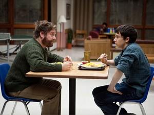 Zach Galifianakis e Keir Gilchrist em cena de 'Se enlouquecer, não se apaixone' (Foto: Divulgação)