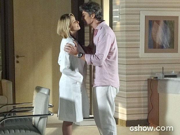 Silvia faz questão de receber um beijo de Cadu (Foto: Em Família/TV Globo)