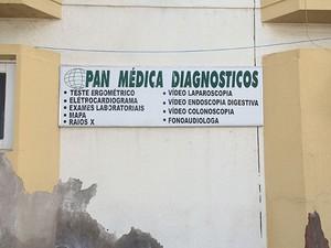 Pan Médica funciona no mesmo prédio que a Apamim, em Mossoró (Foto: Felipe Gibson/G1)