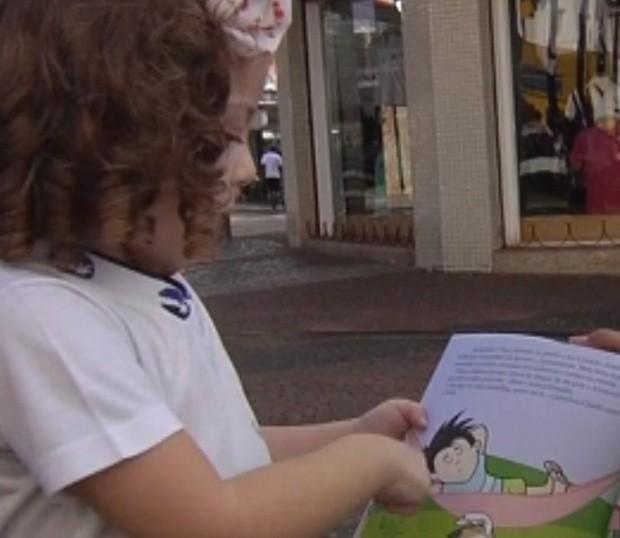 Projeto Caravana da Leitura prova que existem pessoas que acreditam na leitura (Foto: Reprodução/ Tv Tem)