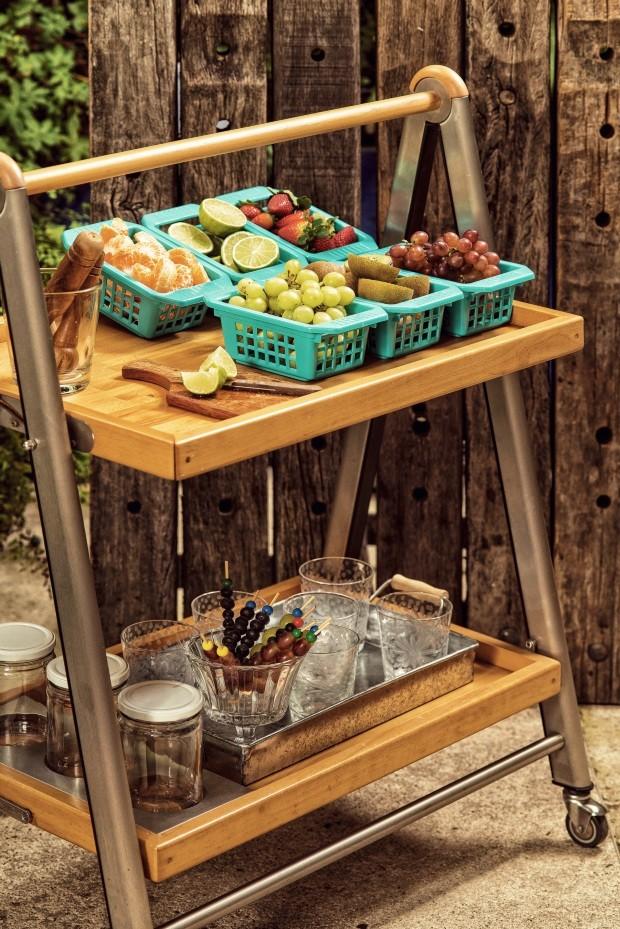Caipirinha Em cestas coloridas, as frutas ficam expostas como na feira. Lembre-se de deixar faca e tábuas à disposição. Bandeja de zinco da Tok & Stok (Foto: Casa e Comida)
