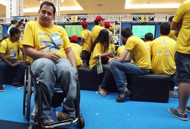 Daniel Augusto de Abreu joga videogame como passatempo (Foto: Marcos Lavezo / G1)