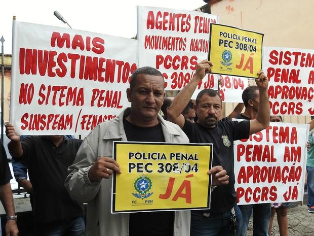 Ato de agentes ocorreu na frente da Cadeia Pública Desembargador Raimundo Vidal Pessoa (Foto: Suelen Gonçalves/G1 AM)