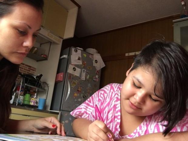 Arianne e a filha Hayenne, que ainda não pode frequentar a escola por causa do diagnóstico (Foto: BBC)
