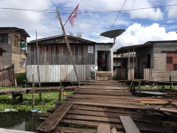 Família mora em casa em região alagada na Zona Sul de Macapá (Foto: Abinoan Santiago/G1)