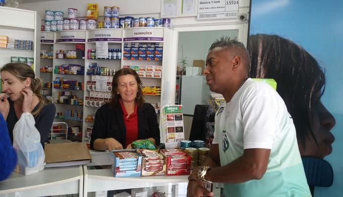 Massoterapeuta da Caldense aproveita para conversar com moradores em Erechim (Foto: Régis Melo)